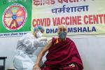 Pemimpin Spiritual Tibet, Dalai Lama, Disuntik Vaksin COVID-19