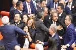 Parlemen Turki Berkelahi di Ruang Sidang