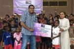 Pelajar Australia Serahkan Bantuan Uang ke Papua