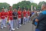 Warga Antusias Lihat Seremoni Pergantian Pasukan Jaga Istana