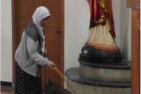Viral, Wanita Berhijab Bersihkan Gereja St Lidwina Jogja