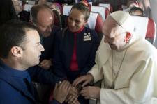 Paus Nikahkan Pasangan Pramugara/Pramugari di Penerbangan di Cile