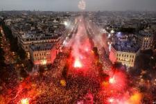 Warga Prancis Larut dalam Pesta Kemenangan