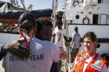 Kapal Penyelamat Migran Cari Tempat Aman untuk Berlabuh