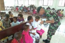 Personel TNI Bantu Mengajar Sekolah Minggu di Gereja Yabanda