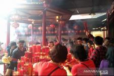 Imlek, Wisatawan dan Umat Berbaur di Klenteng Petak Sembilan
