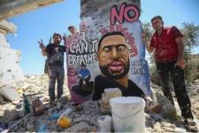 Seniman Suriah Lukis George Floyd di Reruntuhan Akibat Perang