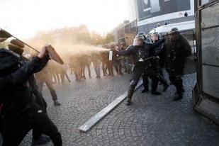 Demonstran Antifasis Bentrok dengan Polisi Paris Pascapemilu