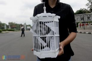 KontraS Serahkan Kartu Pos Desak Kasus Munir ke Kemensekneg