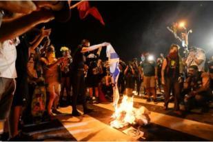 Hillary Clinton Kutuk Pembakaran Bendera Israel