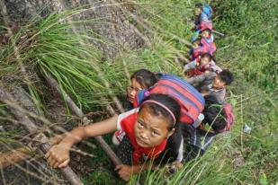 Amazing, Bocah Tiongkok Panjat Tebing 800 Meter demi Sekolah