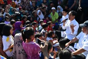 Presiden Jokowi Semangati Anak-anak Korban Gempa Lombok