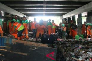 Sudin LH Jakut Bersihkan Gundukan Sampah di Kolong Tol Wiyoto-Wiyono