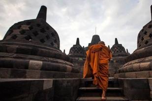 Umat Buddha dan Turis Mancanegara Ikuti Pawai Waisak di Magelang