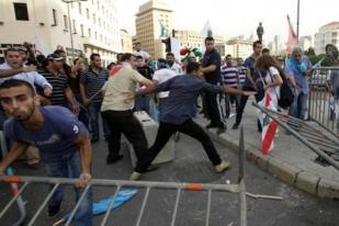 Polisi Tembakkan Gas Air Mata ke Demonstran