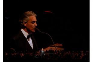 Andrea Bocelli Bernyanyi dari Katedral Milan yang Kosong pada Minggu Paskah
