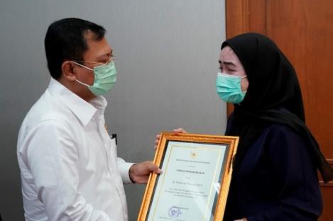 Menkes Berikan Penghargaan dan Santunan Empat Dokter Yang Gugur Melawan COVID-19