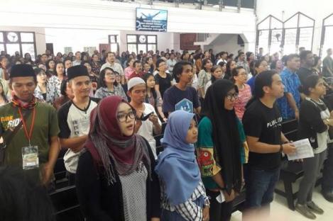 Anak-anak Muda Berjilbab Ikut Ibadah di Gereja di Gresik