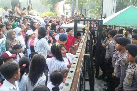 Anak SD Datangi Kantor Ahok Gelar Aksi Demo
