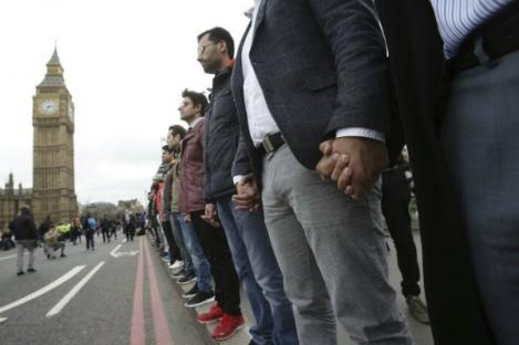 Polisi-Pemuda Muslim London Bergandeng Tangan Peringati Serangan London