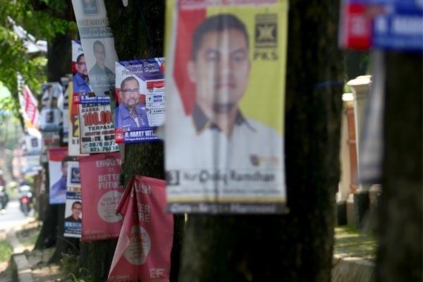 Atribut kampanye bergambar wajah caleg dari berbagai parpol yang