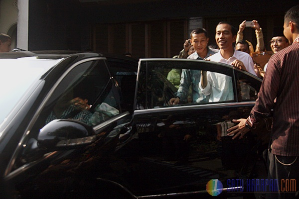 Presiden Terpilih Joko Widodo Mulai Kendarai Mobil Antipeluru