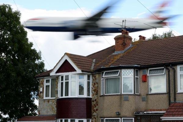 Di London, Pesawat Terbang 12 Meter dari Atap Rumah