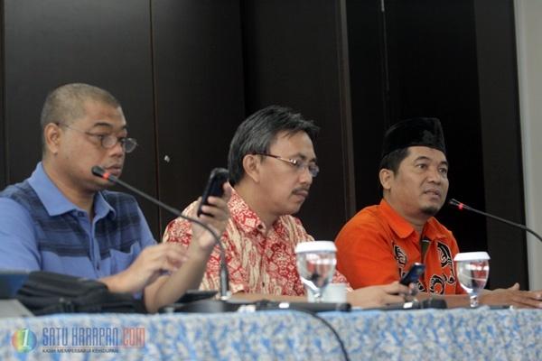 Rohaniawan Romo Benny Susetyo (kiri), Kepala Humas PGI Jeirry Sumampouw (tengah) dan Koordinator LIMA Ray Rangkuti (kanan) menggelar jumpa pers terkait dengan masalah pelanggaran HAM di Papua yang sampai saat ini belum terselesaikan (Foto: Dedy Istanto)
