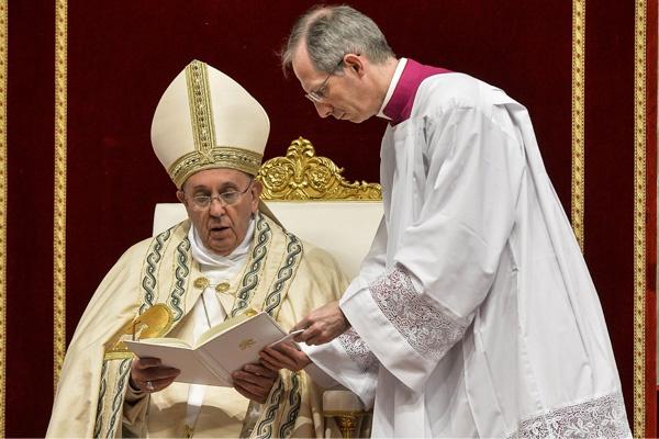 Paus fransiskus memimpin misa first vespers di basilika santo petrus