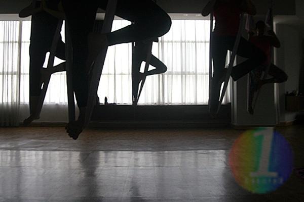 Yoga Antigravitasi Marak Digandrungi Warga Jakarta