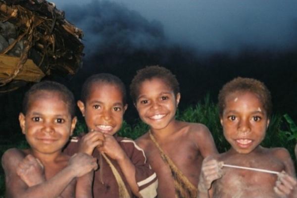 Foto anak-anak Suku Dani di Papua, yang menjadi salah satu gambar ilustrasi dalam laporan Komisi Keadilan dan Perdamaian Gereja Katolik Brisbane (Foto: Komisi Keadilan dan Perdamaian Gereja Katolik Brisbane)