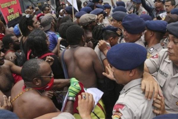 Ilustrasi: Aktivis Papua bentrok dengan polisi dalam unjuk rasa menandai ulang tahun ke-53 Gerakan Papua Merdeka di Jakarta pada Desember 2014 (Foto: AP)