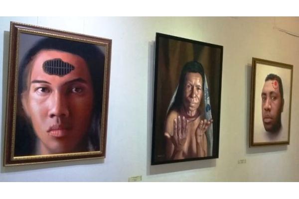 "Tiga lukisan karya Ignasius Dicky Takndare dipamerkan di Bentara Budaya Yogyakarta, 15 – 23 Oktober 2016. Lukisan ini dipamerkan bersama karya Albertho Wanma dengan mengangkat tema ""Remahili"" atau ratapan. (Serunai/Idha Saraswati)"