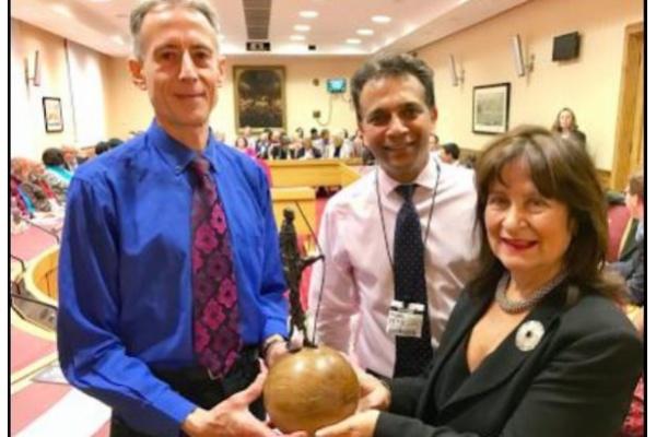 Tokoh HAM Inggris, Peter Tatchell saat menerima Gandhi International Peace Award dari pengacara HAM Inggris yang terkemuka, Helena Kennedy QC, disaksikan oleh Omar Hayat dari Gandhi Foundation (Foto:scoop.co.nz