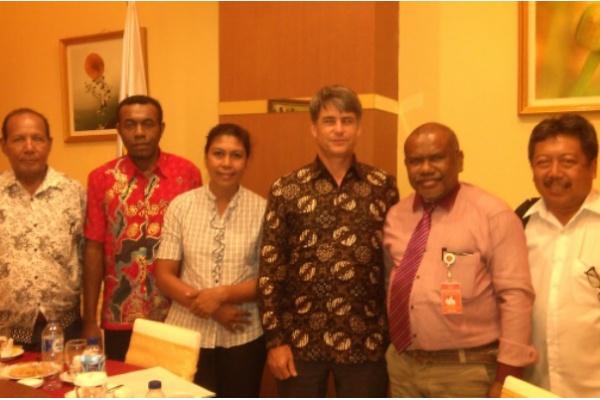 Wakil Duta Besar Amerika Serikat untuk Indonesia, Brian McFeeters (ketiga dari kanan) bertemu dengan tim Lembaga Penelitian, Pengkajian dan Pengembangan Bantuan Hukum (LP3BH) Manokwari di bawah pimpinan Direktur Eksekutif, Yan Christian Warinussy (kedua dari kanan) di Hotel Aston-Niu-Sowi Gunung-Manokwari, Kamis (17/11). Pada kesempatan itu, Wakil Dubes AS menerima laporan pelanggaran HAM di Papua dari tim LP3BH. (Foto: dok satuharapan/Yan Christian Warinussy)