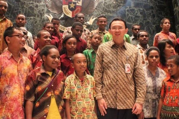 Gubernur nonaktif DKI Jakarta, Basuki Tjahaja Purnama, ketika menerima siswa-siswi asal Papua yang bersekolah di Sekolah Anak Indonesia (SAI). SAI adalah sekolah berasrama untuk anak dari daerah tertinggal dari tingkat dasar sampai menengah atas. SAI menempati area kurang lebih 1 hektar di kawasan Sentul, Bogor. (Foto: SAI)