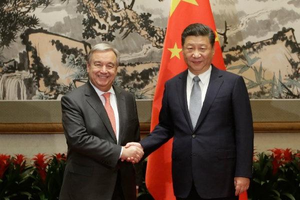 Sekretaris Jenderal PBB terpilih Antonio Guterres (kiri) bertemu dengan Presiden Tiongkok Xi Jinping (kanan) di Diaoyutai State Guesthouse di Beijing pada 28 November 2016. (Foto: AFP/Jason Lee)