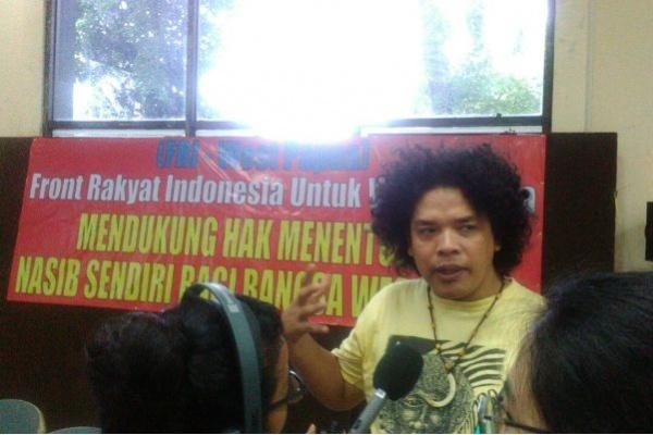 Juru Bicara Front Rakyat Indonesia untuk West Papua (FRI-West Papua), Surya Anta, memberikan penjelasan kepada wartawan seusai membacakan deklarasi. (Foto: Eben E. Siadari)