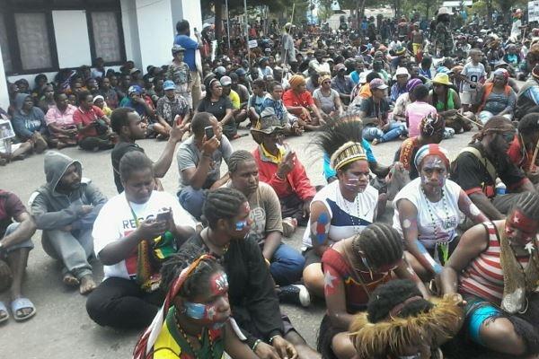 Ribuan Rakyat Pro Referendum Papua Duduki Halaman DPRD