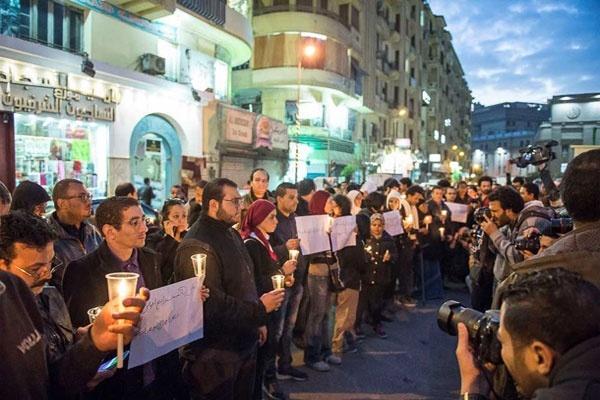 Ilustrasi: Warga Kairo, Mesir menyalakan lilin sebagai solidaritas pada korban serangan bom teror di gereja Koptik di Kairo pada hari Minggu (11/12) ketika sedang berlangsung ibadah. (Foto: Dok satuharapan.com/Al Ahram)