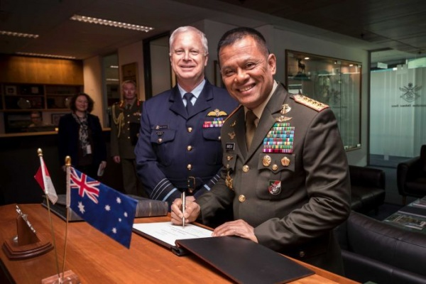 ADF chief Air Chief Marsekal Mark Binskin (kiri) bersama Panglima TNI, Gatot Nurmantyo. (Foto: Department of Defence Australia)