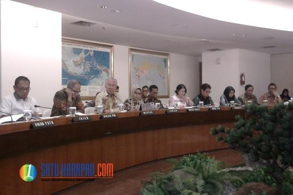 """Menteri Perdagangan, Enggartiasto Lukita (ketiga dari kiri) dalam media briefing """"Capaian Kinerja 2016 dan Outlook 2017"""" di kantor Kementerian Perdagangan, Jakarta, hari Rabu (4/1). (Foto: Melki Pangaribuan)"""