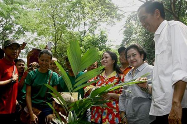 Megawati Soekarnoputri bersama dengan Gubernur DKI Jakarta Joko Widodo