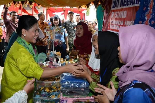 Iriana Berikan Penghargaan di Peringatan Hari Kartini