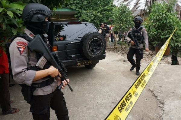 Teroris Gallery: Satu Harapan: Densus 88 Tangkap Terduga Teroris Di Surabaya