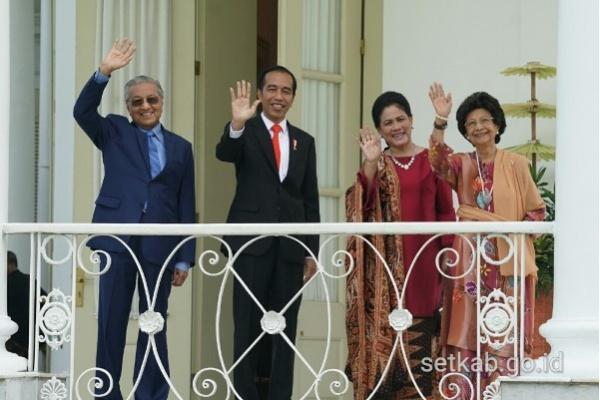 Gaya Mahathir dan Jokowi Buka Sepatu Sebelum Salat
