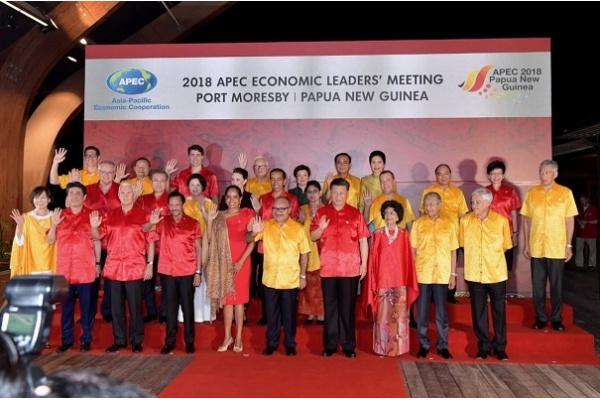 Presiden Jokowi Gandeng Ibu Negara Iriana di Gala Dinner APEC