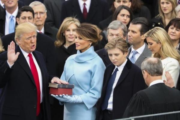 Donald Trump resmi jadi presiden ke-45 AS, saat mengangkat sumpah di depan Gedung Capitol, Washington DC, hari Jumat (20/1). (Foto: Ist)
