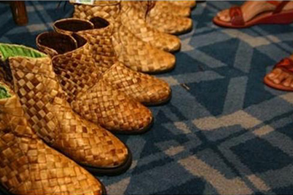 ... terbuat dari bahan baku tumbuhan eceng gondok. (Foto: Dedy Istanto