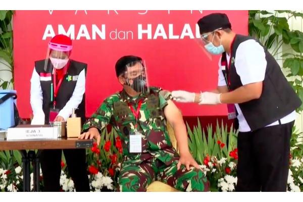 Presiden Joko Widodo Menerima Suntikan Vaksin COVID-19